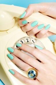 verde-acqua-delicato-sulle-unghie